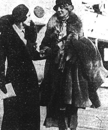 Miss Jean Batten greets her mother, Mrs E. Batten who arrived from England by the Rangitiki.