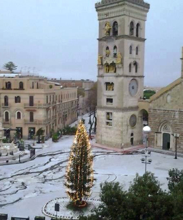 BELLISSIMO: Snow in Messina's Piazza Duomo.