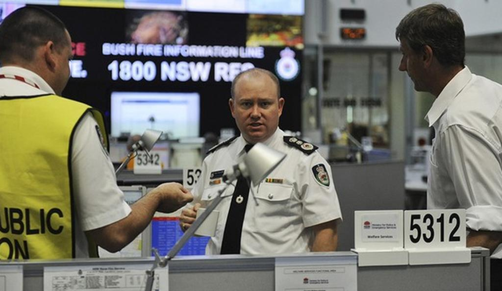 Rural Fire Service Commissioner Shane Fitzsimmons (C) at the State Operation Centre.