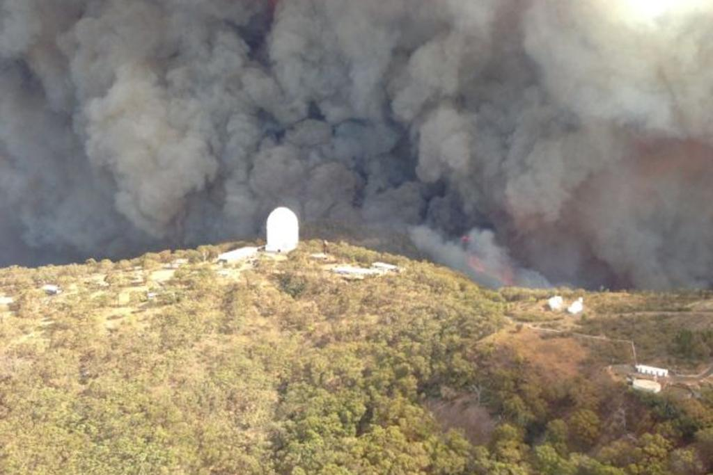 The fire moves in on the observatory in Siding Springs, in rural NSW.