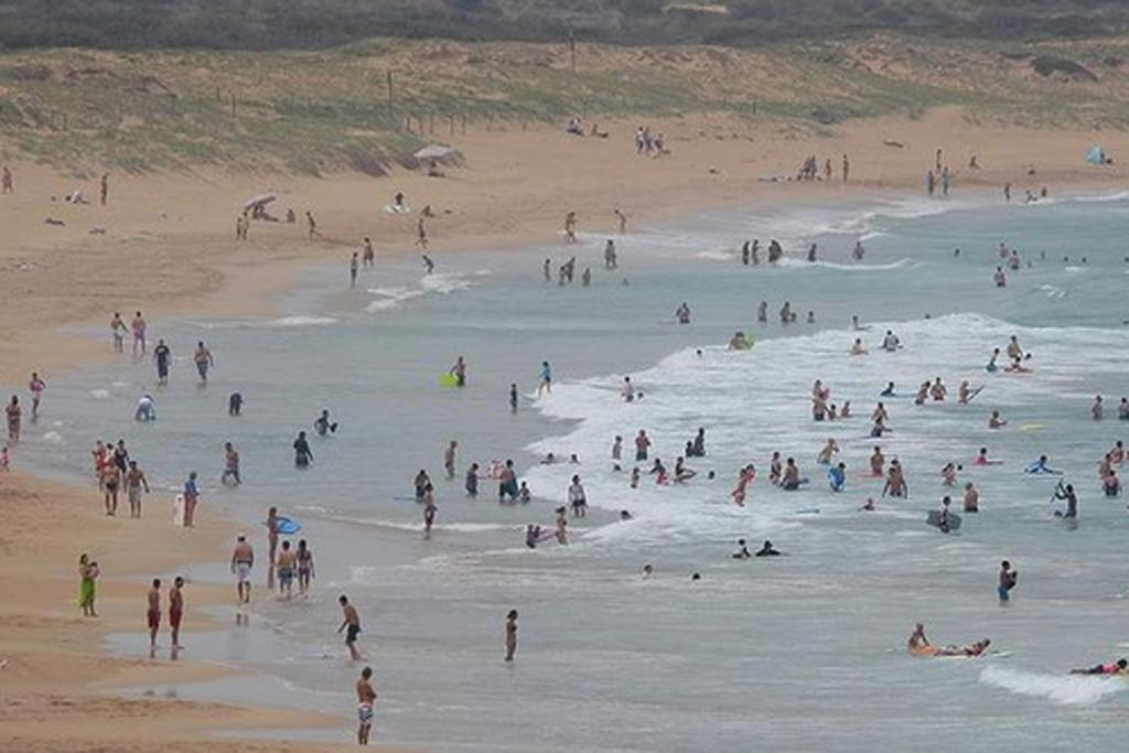 Crowds at Wanda Beach as temperatures begin to fall in Sydney.