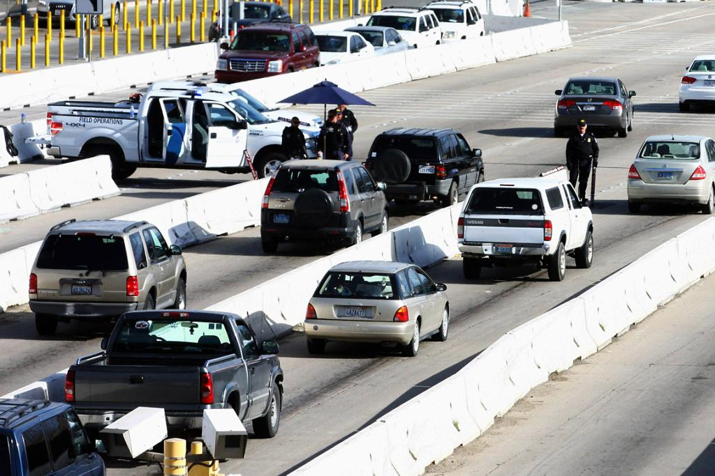 US Customs and Border Protection officers check vehicles near the US-Mexico border in San Ysidro on February 10 (local time) to prevent Christopher Dorner from fleeing the country.