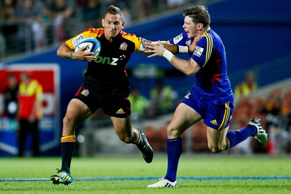 Aaron Cruden fends off Highlanders counterpart Colin Slade.