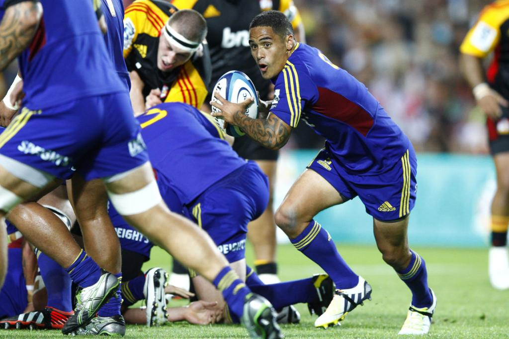 Aaron Smith clears the ball during the Highlanders loss to the Chiefs in Hamilton.