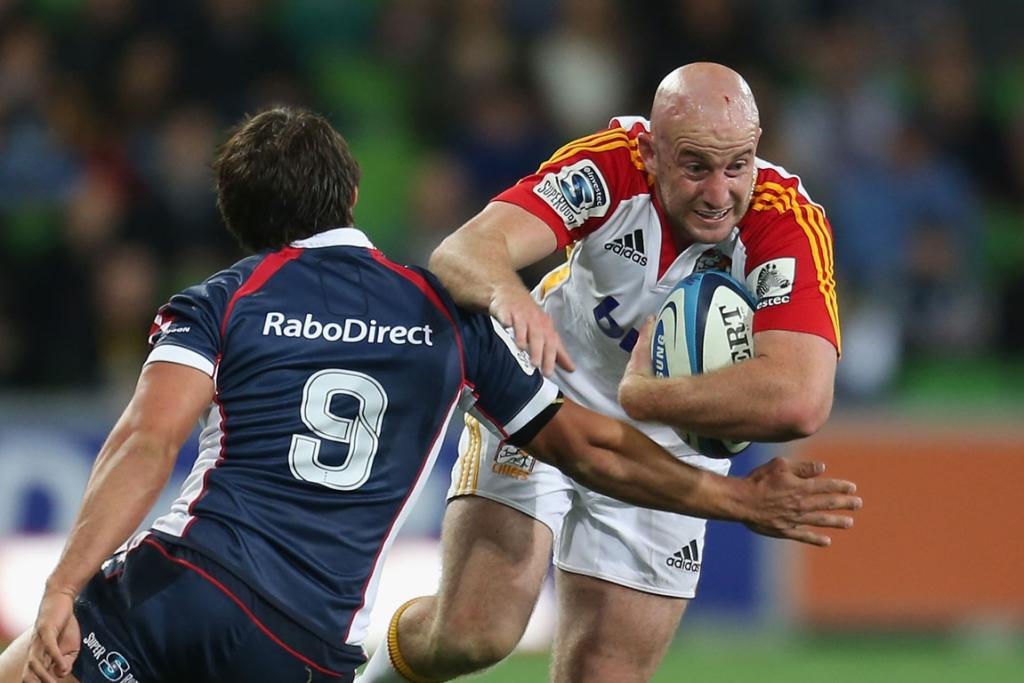 Brendon Leonard (right) takes on his opposite number Nick Phipps of the Melbourne Rebels.