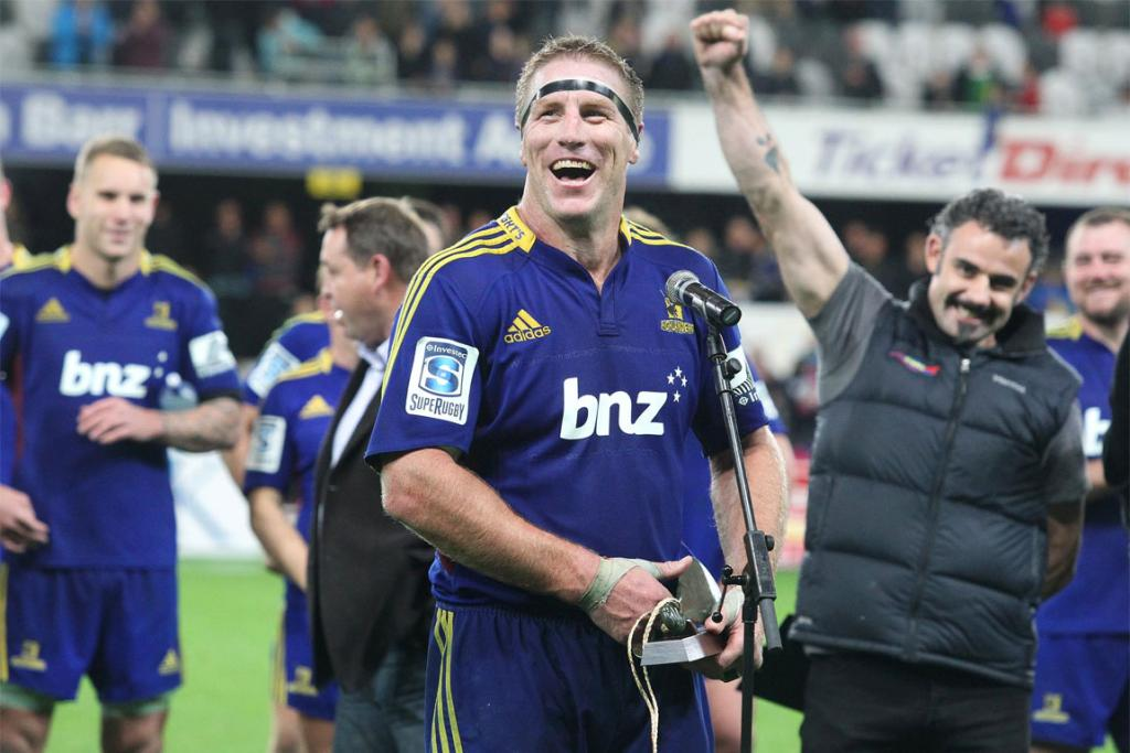 Brad Thorn thanks the crowd after playing his 100th Super Rugby game in the Highlanders win over the Sharks.