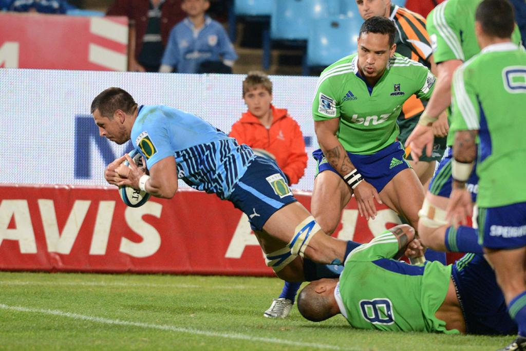 Pierre Spies of the Bulls slips through several Highlanders tackles to score.