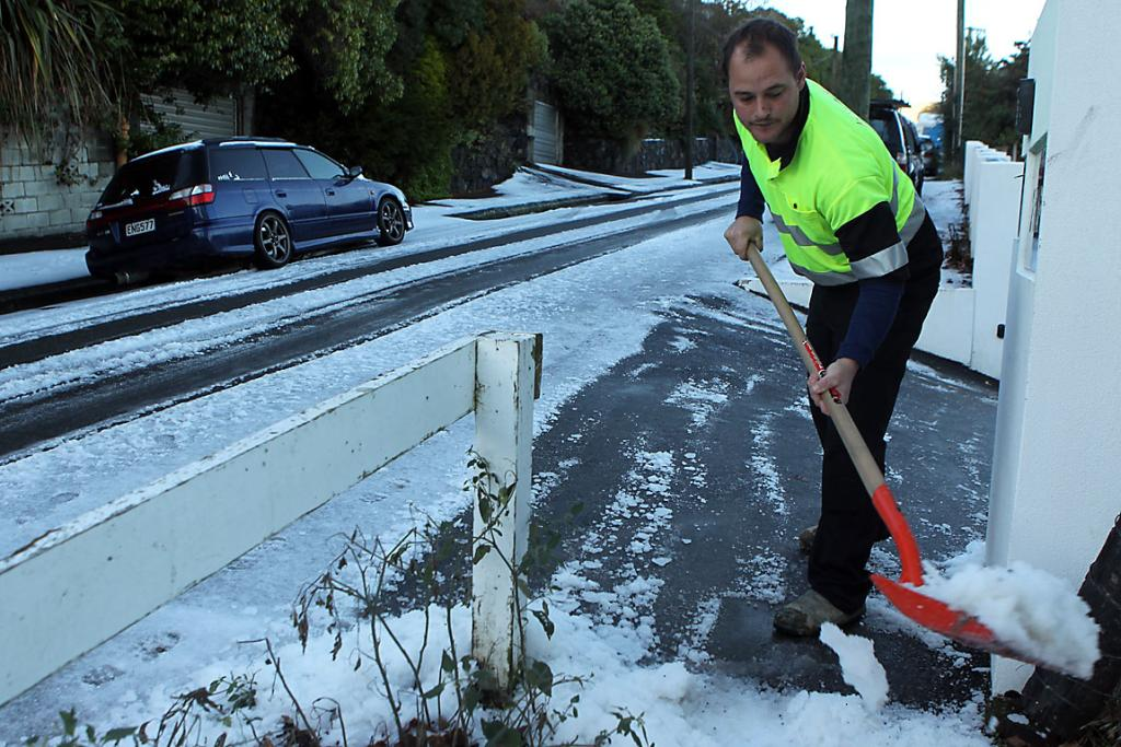 SHOVELLING: Rapaki Rd resident Shaun Campbell clears his driveway on Wednesday morning.