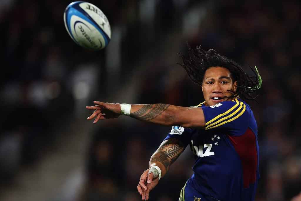Ma'a Nonu of the Highlanders flings a pass wide to get the backline moving.
