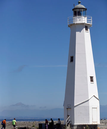 LIGHT IT UP The Boulder Bank lighthouse in Nelson. & Lighting up for royal baby | Stuff.co.nz