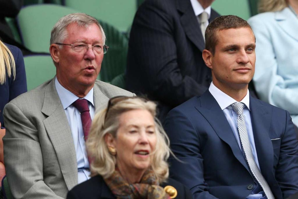 Sir Alex Ferguson and Nemanja Vidic watch Andy Murray.