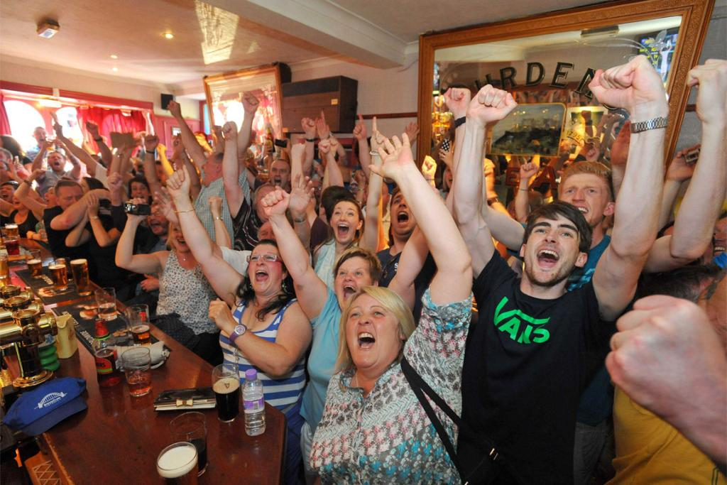 People in Andy Murray's hometown, Dunblane, celebrate his Wimbledon victory.