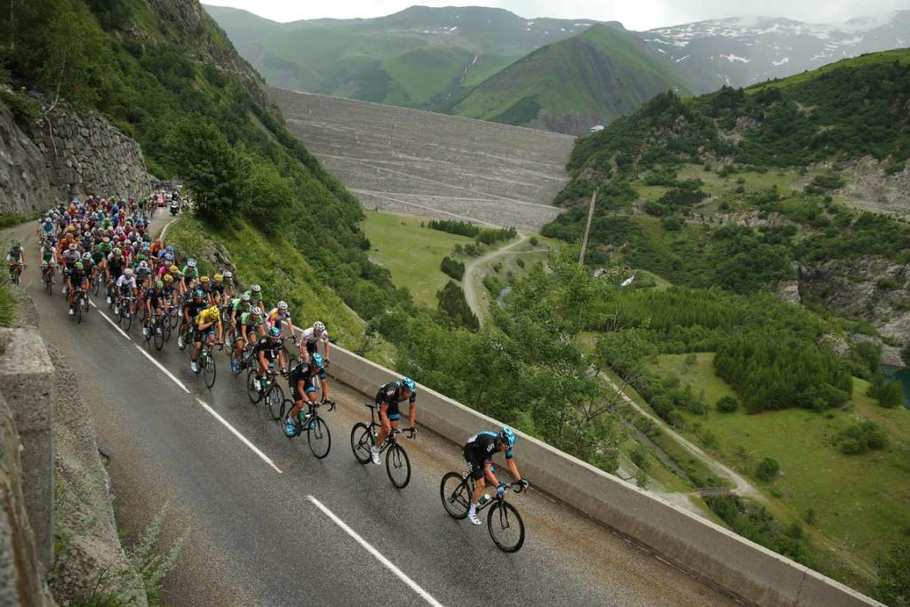 Riders in the peloton head up an incline during the 19th stage.