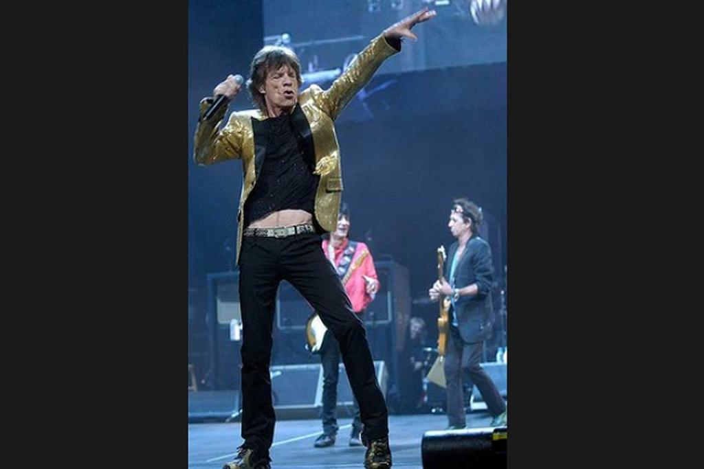 """Mick Jagger sings """"Start me up"""" as the Rolling Stones perform at Madison Square Garden in New York, 2005."""
