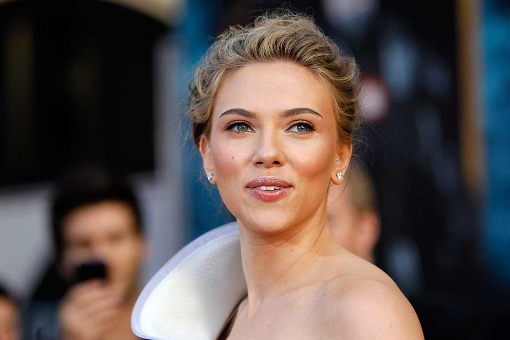 Scarlett Johansson looking great at the premiere of the movie Iron Man 2.