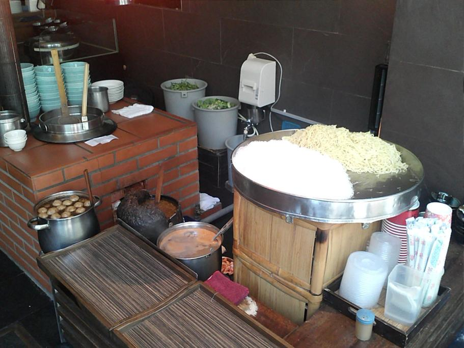 A cooking station where freshly made egg noodles and rice noodles are cooked on the spot in a secret recipe broth. The dish is then topped with homemade Taiwanese meatballs garnished with traditional herbs.