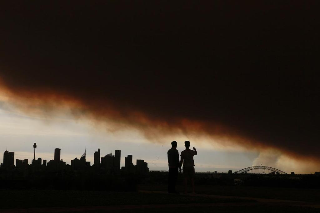 A cloud of smoke from bushfires covers Sydney.