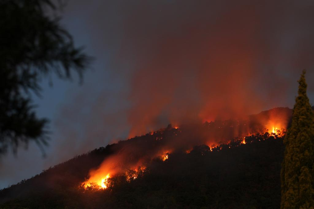 The large scrub fire in Hutt Valley as night fell.