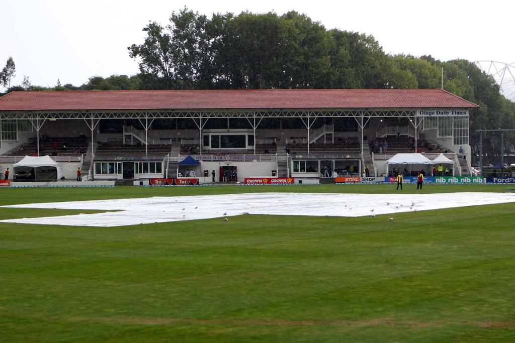 The covers dominate at a wet University Oval.