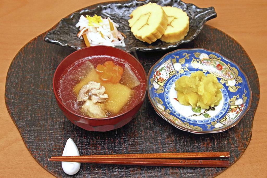 These traditional Japanese delicacies made for the New Year's holiday are popular at Japanese cooking classes.