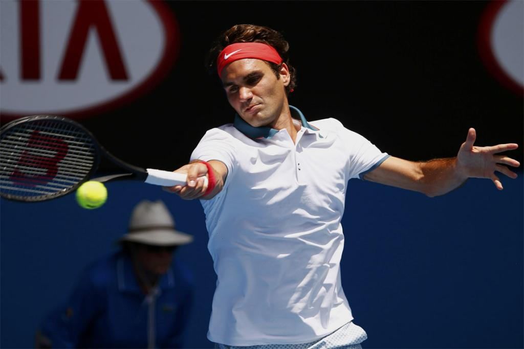 Roger Federer has won through to the last 16 of the Australian Open in straight sets.