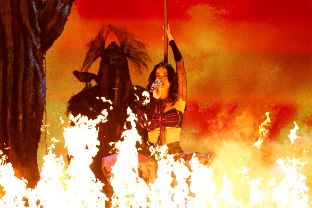 Katy Perry performs Dark Horse at the 2014 Grammys.