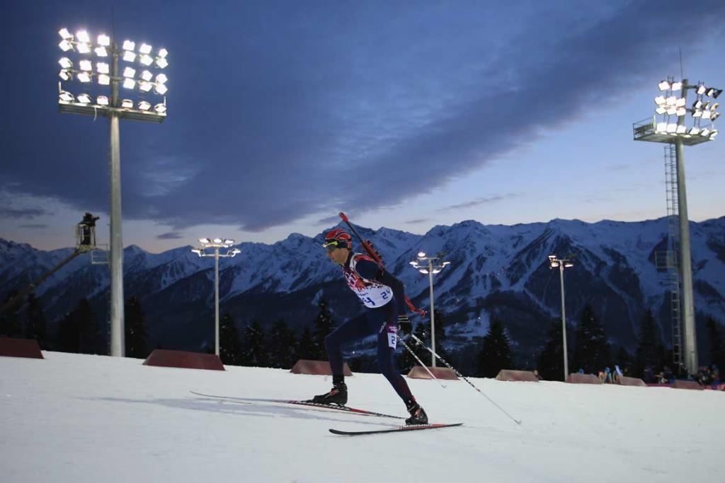 Norwegian Ole Einar Bjoerndalen equalled compatriot Bjorn Dahlie's Winter Games record of 12 medals after claiming gold in the men's biathlon 10km sprint.