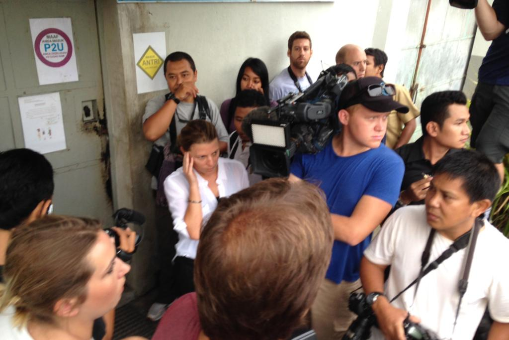 Media and Indonesian authorities wait for Schapelle Corby to be escorted from jail.