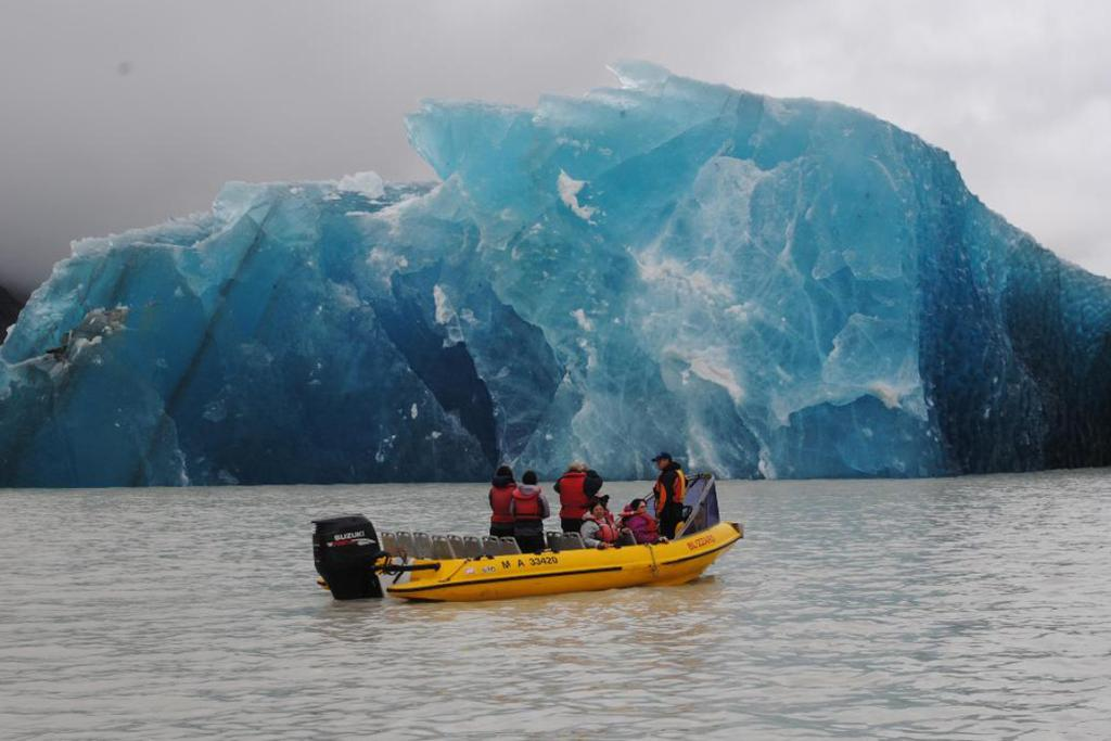 Tours on Lake Tasman give people the opportunity to get up close to glacial icebergs.