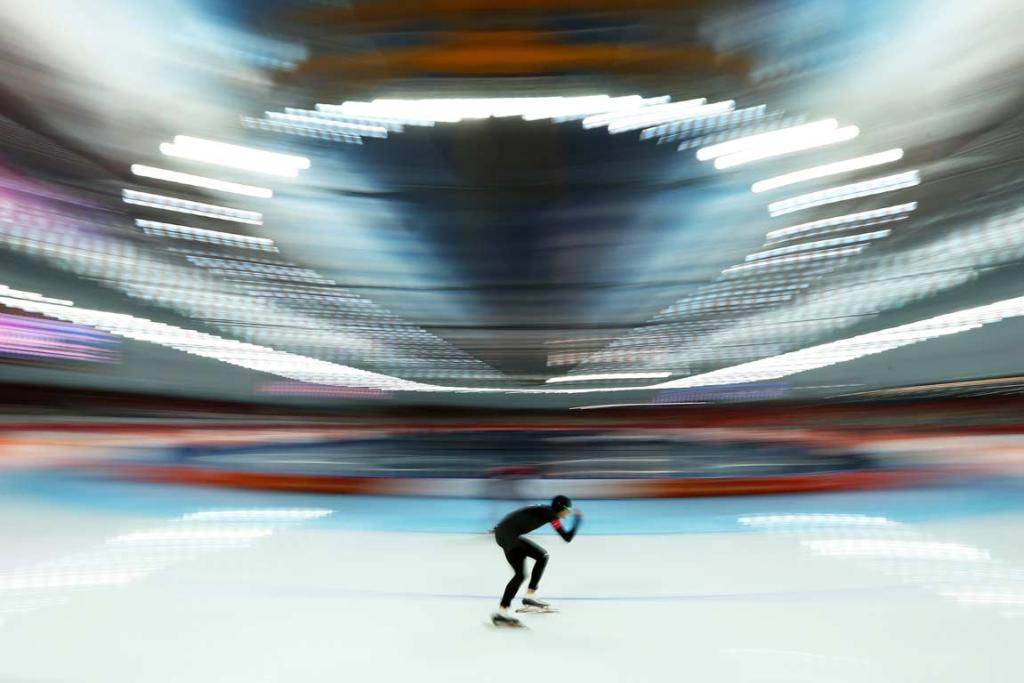 Shane Dobbin flies around Adler Arena during the men's 10,000m final.