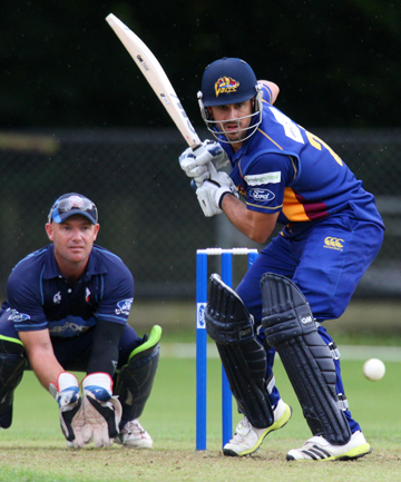 Ryan ten Doeschate bats for the Otago Volts with Auckland Aces wicket keeper Gareth Hopkins behind.
