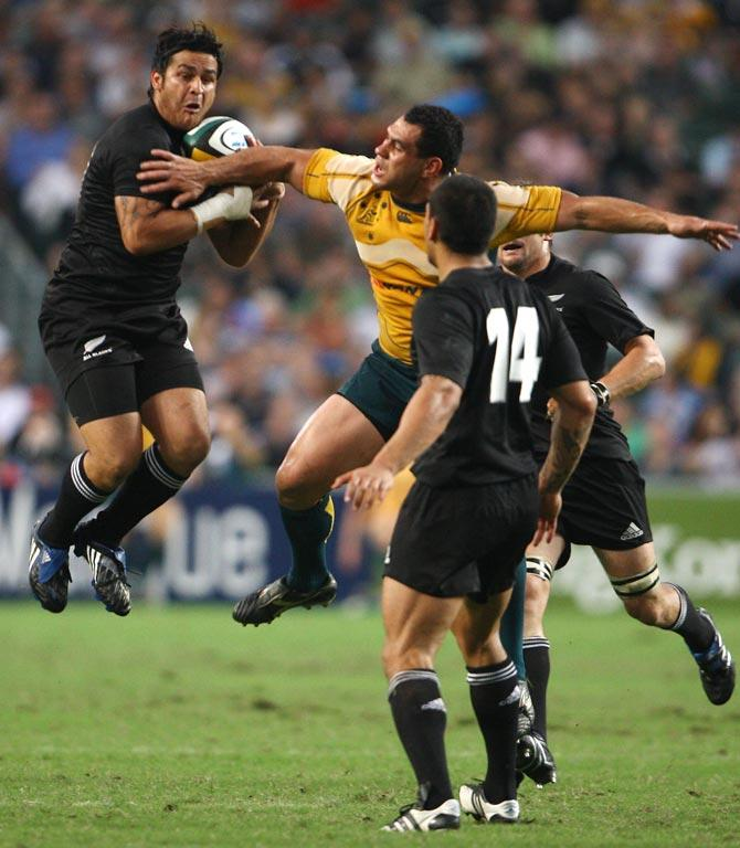 Piri Weepu contests a high ball in 2008.