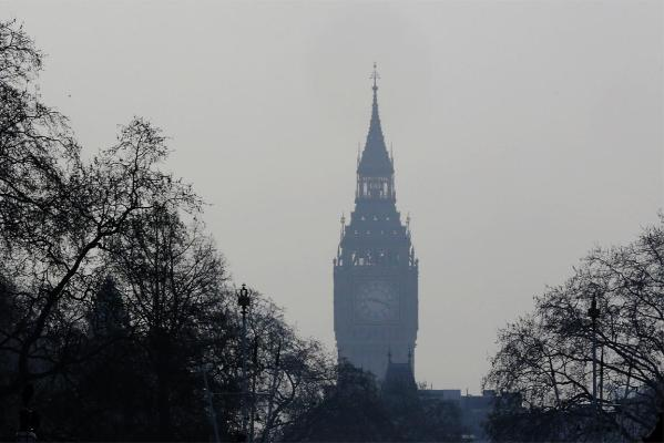 Smog covers Big Ben as Londoners deal with record pollution.
