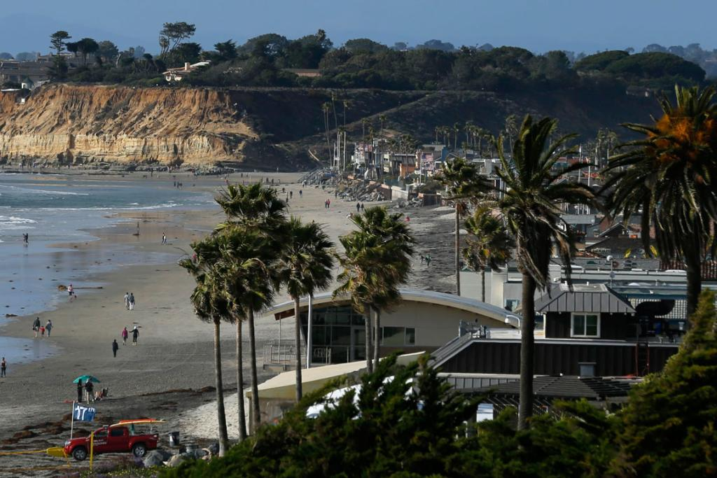 Beach homes line the shoreline in the San Diego North County town of Del Mar, California.