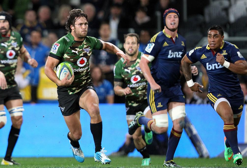 Jan Serfontein makes a break for the Bulls in Dunedin as the Highlanders defends scramble back.