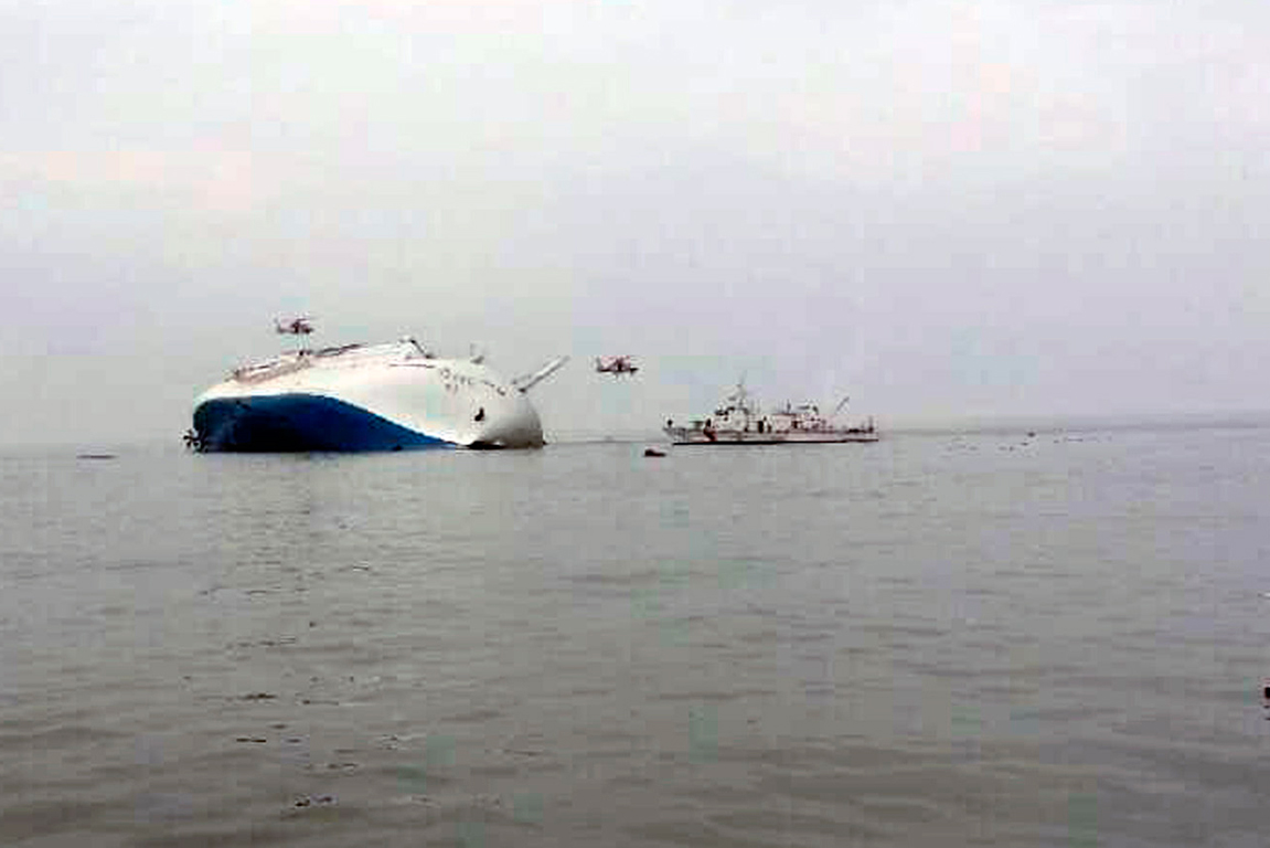 Ferry sinks off Korea