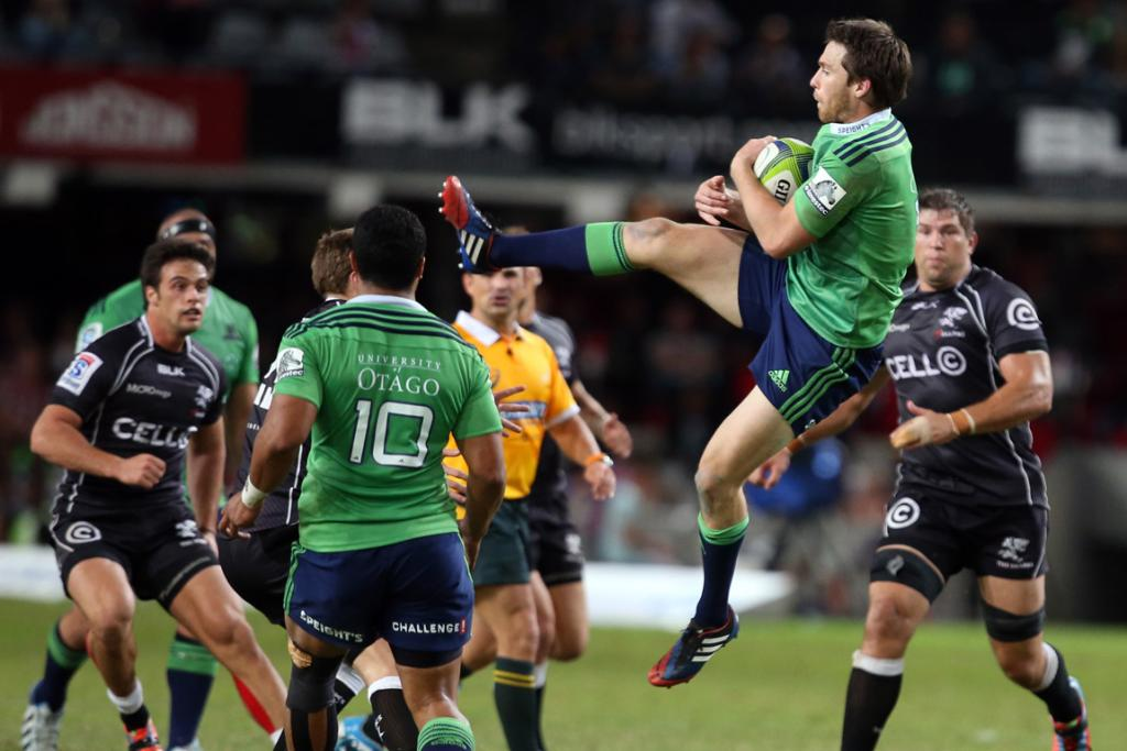 Ben Smith of the Highlanders taking a high ball.