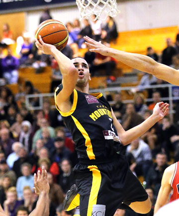 Taranaki Mountain Airs import Adrian Oliver climbs high for another basket.