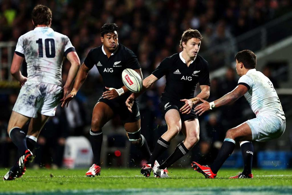 Beauden Barrett gives a no-look pass to Julian Savea.