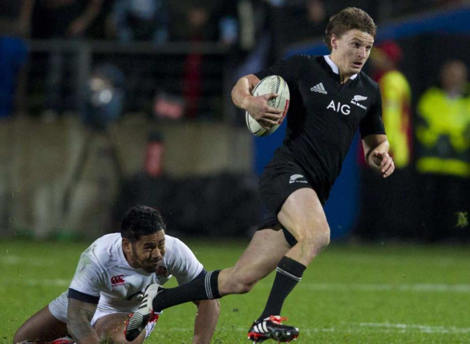 Beauden Barrett skips away from an English tackle.