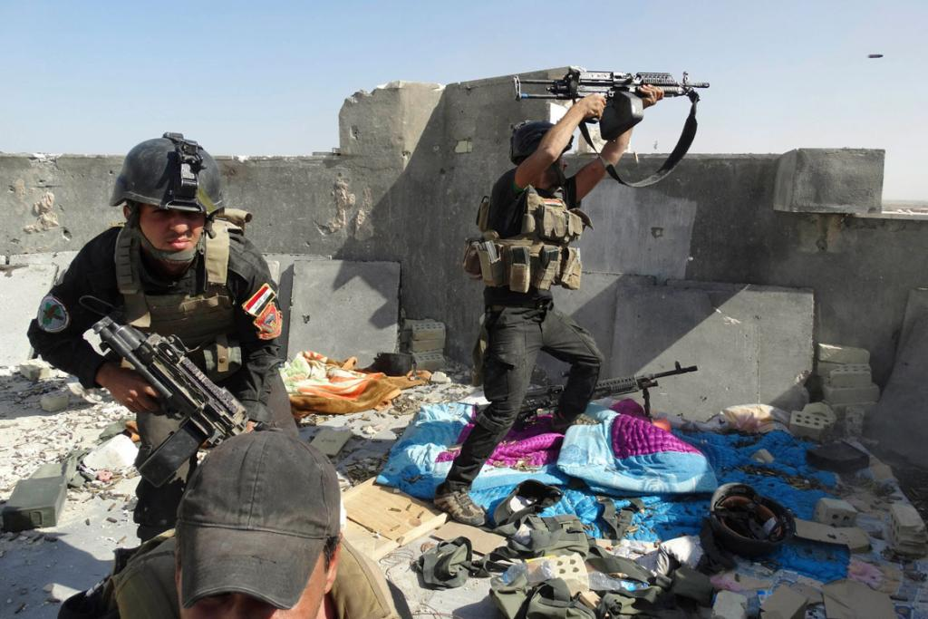 Members of the Iraqi Special Operations Forces take their positions during clashes with ISIL in Ramadi.