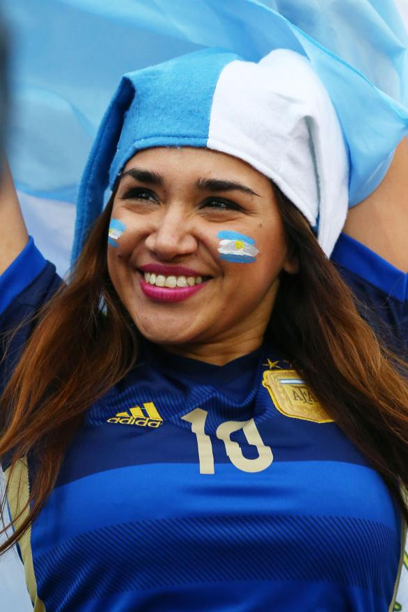 A woman cheers for Argentina at Corinthians.