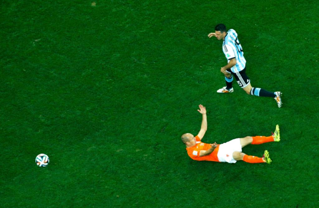 Robben's complaint earnt a yellow card for Argentina defender Martin Demichelis.