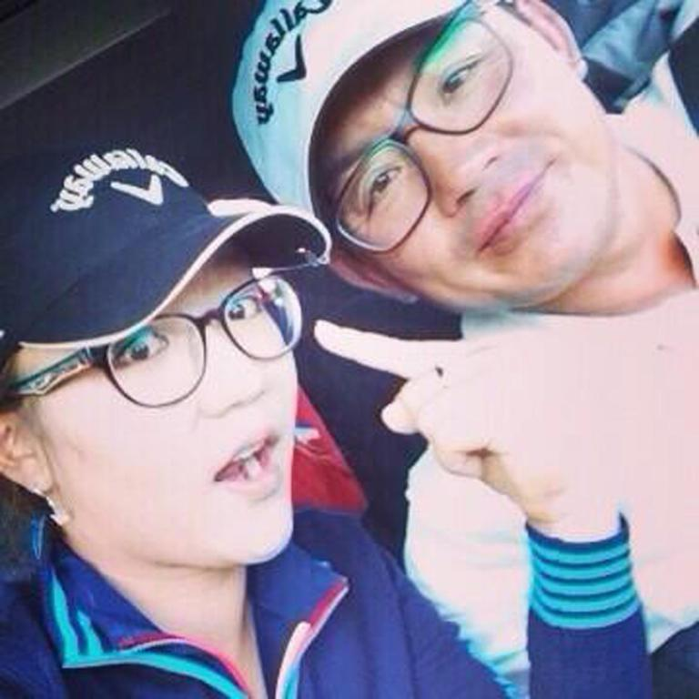 Lydia Ko grabs a quick picture with her father.