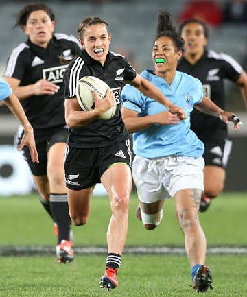 CATCH ME IF YOU CAN: Selica Winiata carves  through the Samoa defence, in a show of  determination typical of the seasoned Black Ferns.