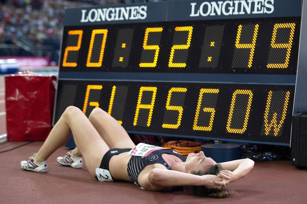 Kiwi runner Nikki Hamblin collapses after competing in the women's 800m final in Glasgow.