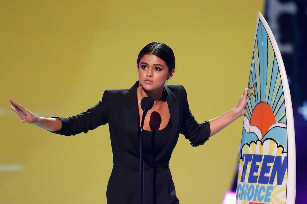 Selena Gomez accepts the award for ultimate choice during the Teen Choice Awards.