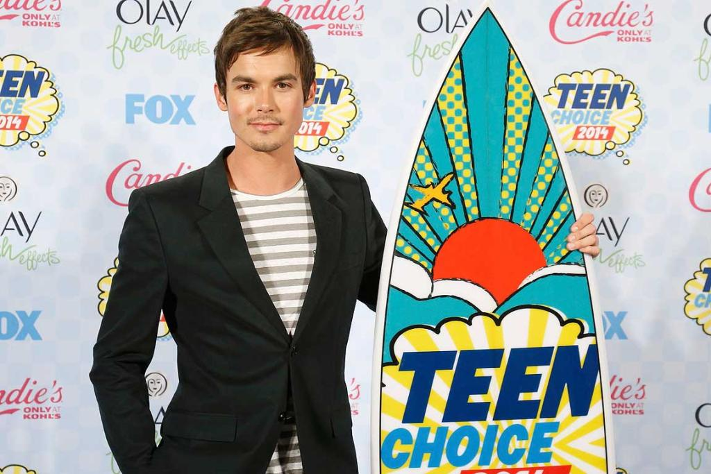 Tyler Blackburn poses backstage after winning the Choice Summer TV Star: Male award for Pretty Little Liar's during the Teen Choice Awards.