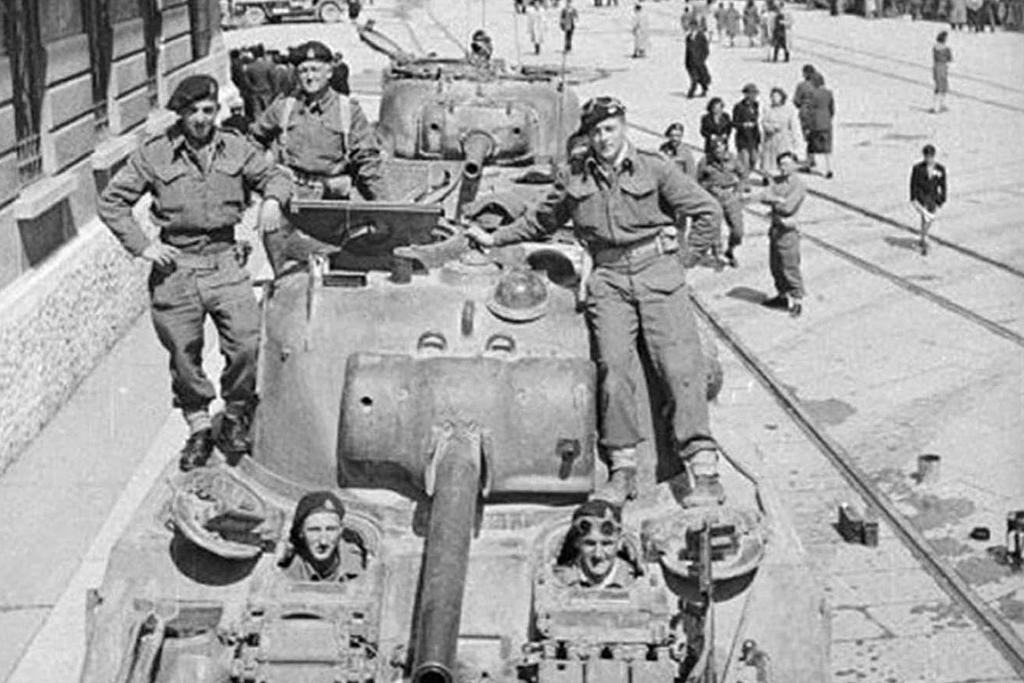 Peace ahead: New Zealand soldiers from 19 Armoured Regiment in Trieste, Italy, at the end of WWII.