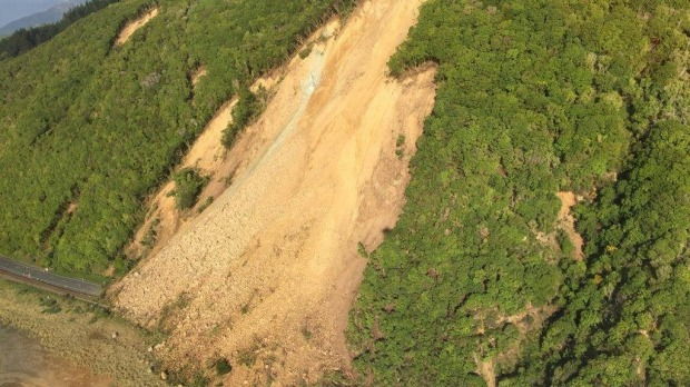 New Zealand crews clear route to quake-hit town